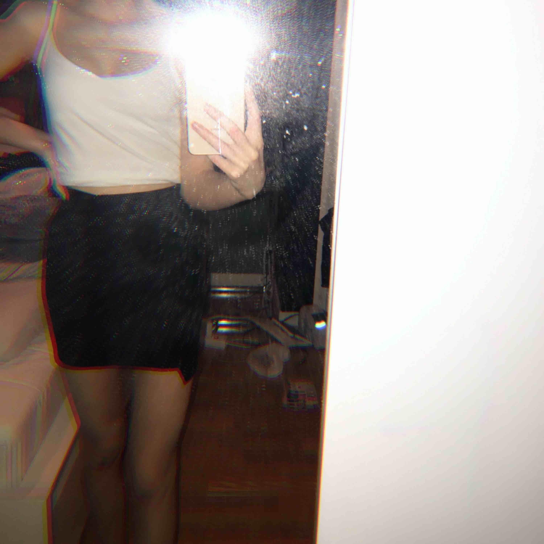 Säljer en jättefin kjol ifrån bershka i storlek xs. Materialet kan ni sa på bild 3. Använd Max 2 gånger så är i nyskick. Priset kan sänkas vid snabbaffär . Kjolar.