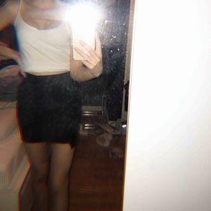 Säljer en jättefin kjol ifrån bershka i storlek xs. Materialet kan ni sa på bild 3. Använd Max 2 gånger så är i nyskick. Priset kan sänkas vid snabbaffär