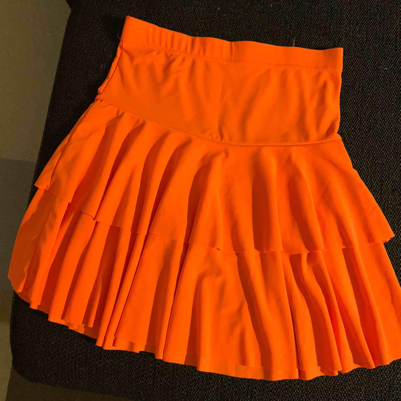 Säljer en kjol i neon orange! Passar bra till en galen fest eller vad nu man kan tänkas ha den till😊. Kjolar.