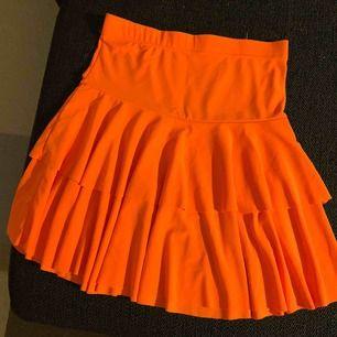 Säljer en kjol i neon orange! Passar bra till en galen fest eller vad nu man kan tänkas ha den till😊