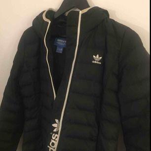 Snygg & klassisk dunjacka från Adidas Originals, använd men i mycket bra skick. Originalpris 1000 kr.