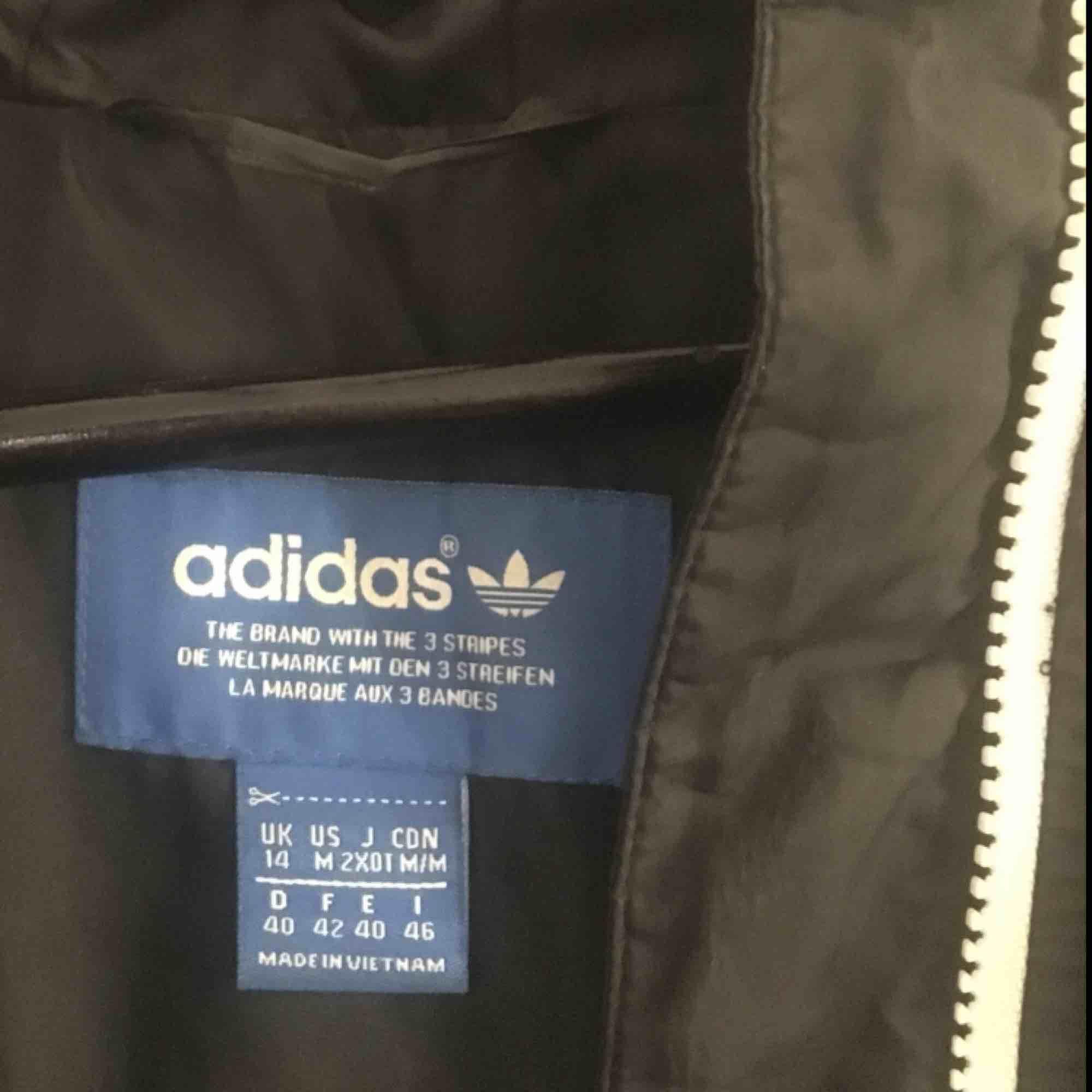 Snygg & klassisk dunjacka från Adidas Originals, använd men i mycket bra skick. Originalpris 1000 kr.. Jackor.