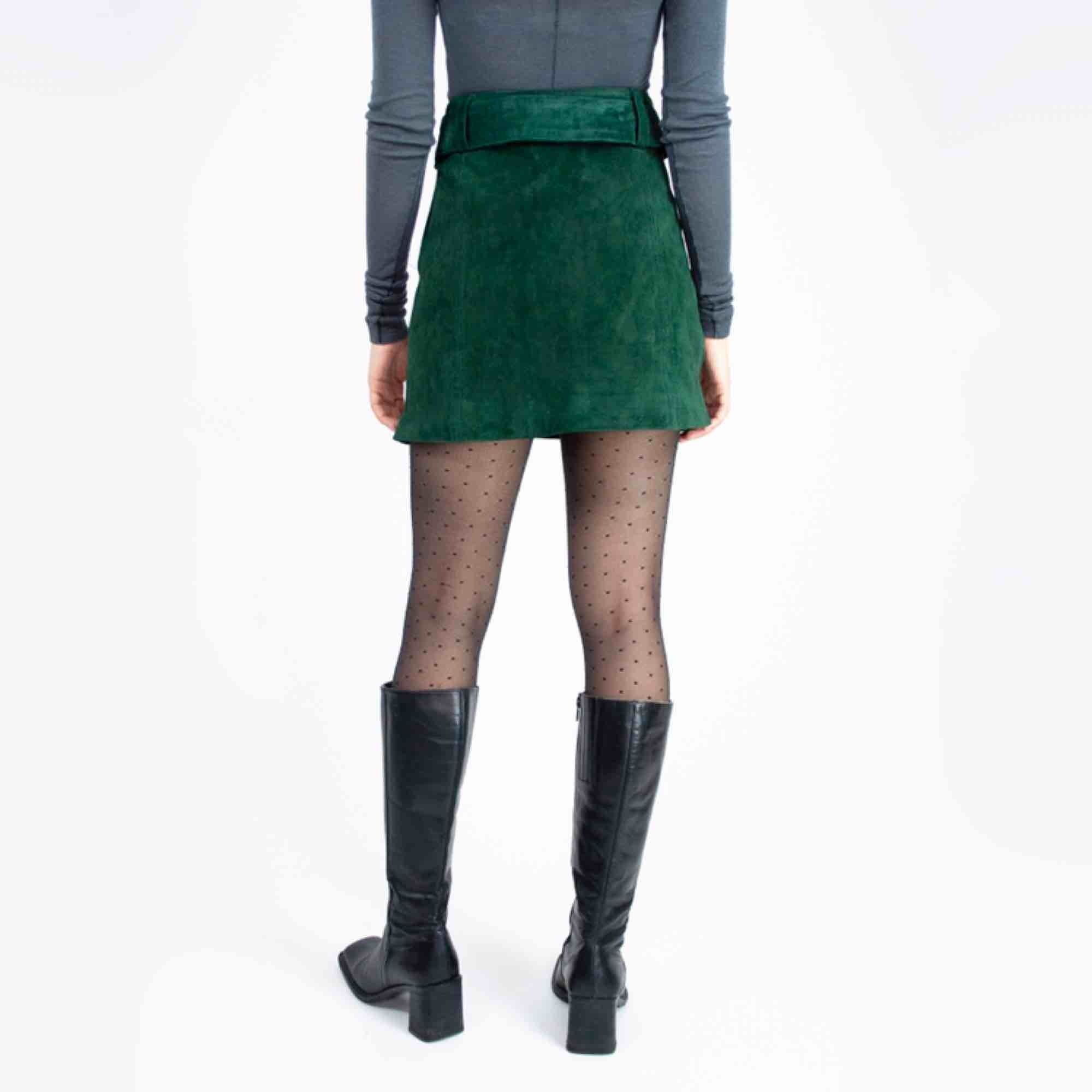 Zara real suede high waist skater mini skirt in emerald green SIZE Label: EUR S, fits best S Model: 165/XS (a bit big on her) Measurements (flat): Length: 39 waist: 36 Free shipping. Read the full description at our website majorunit.com No returns . Kjolar.