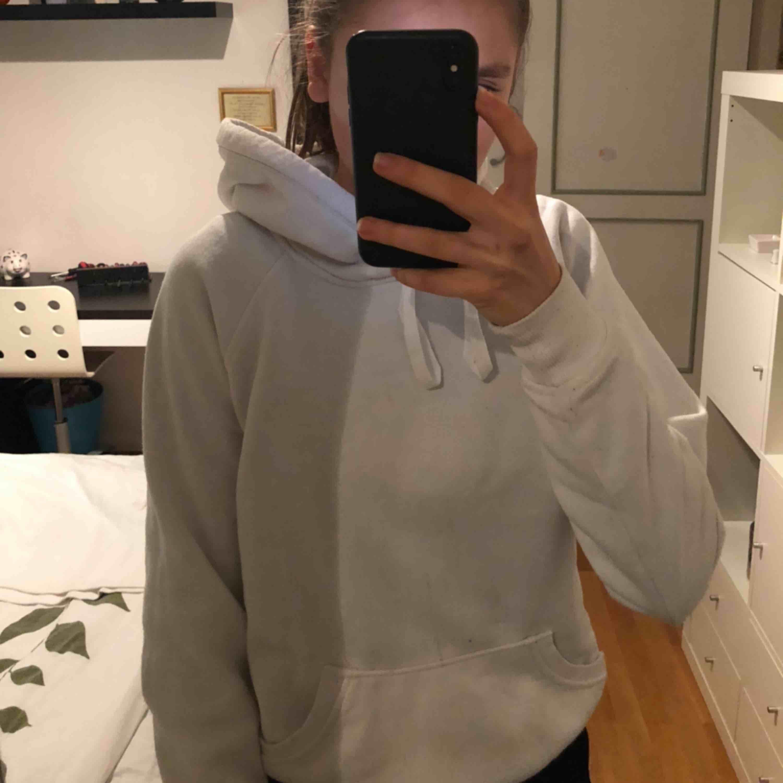 Superfin vit hoodie ifrån bikbok! ❤️💞🌟🍁🕊❤️. Huvtröjor & Träningströjor.