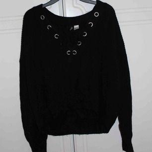 Stickad tröja med knytning från H&M. Passar även på mig som har S/M som oversized. Kan mötas upp i Stockholm eller frakt på 35 kr