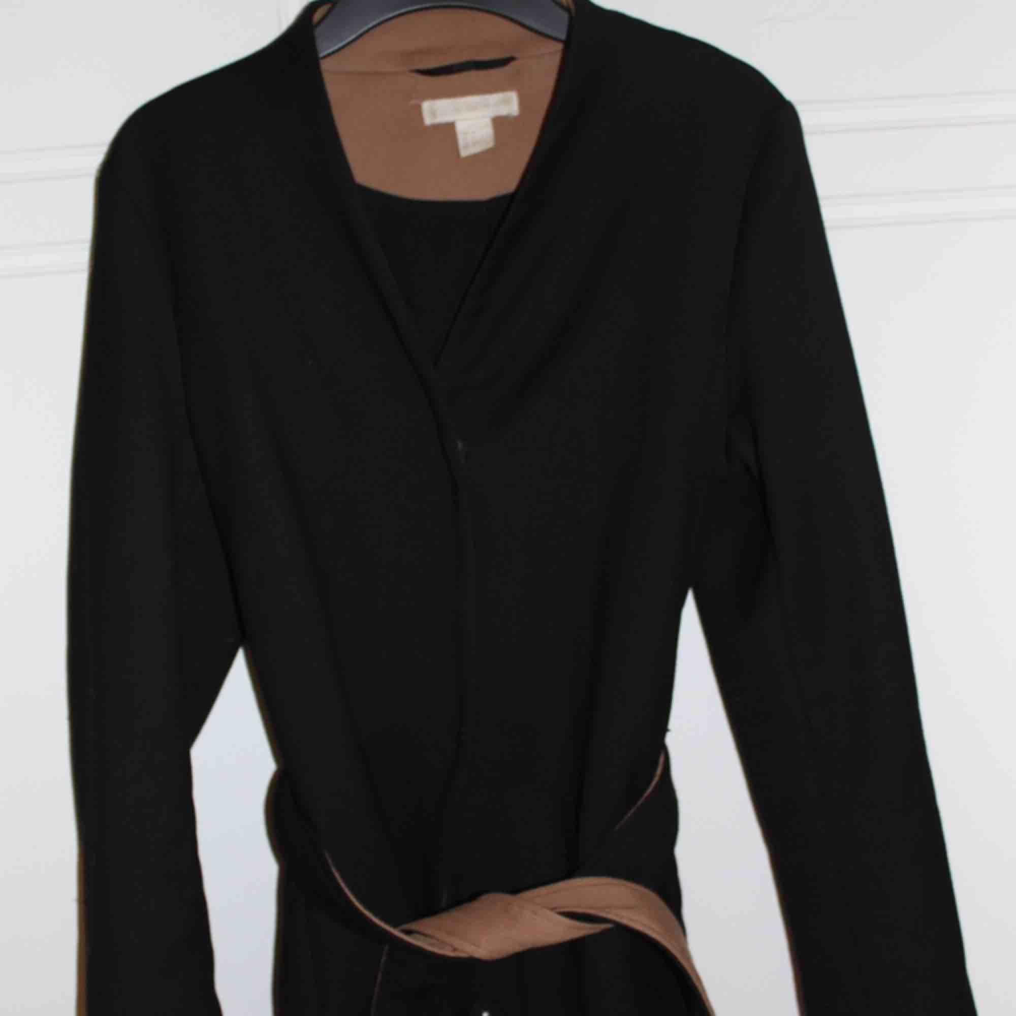 Snygg kappa från H&M. Köpt för ca 1 år sedan. Kan mötas i Stockholm eller så kostar frakten 55 kr. Jackor.
