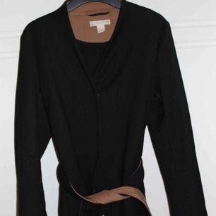 Snygg kappa från H&M. Köpt för ca 1 år sedan. Kan mötas i Stockholm eller så kostar frakten 55 kr