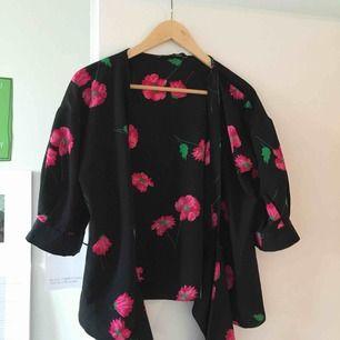 Söt kimonoblus från zara. Inköpt för några år sedan men bara använd ett par gånger.