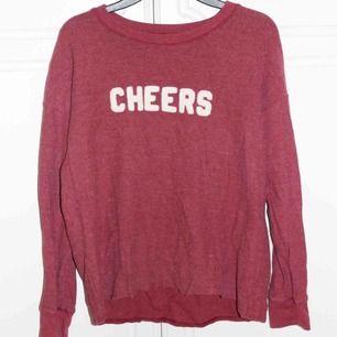 Vinröd långärmad tröja köpt på American Eagle, kan mötas i Stockholm eller så fraktar jag för 35 kr