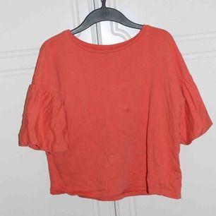 Orange tröja med puffiga armar. Kan mötas i Stockholm eller så fraktar jag för 45 kr