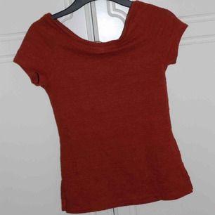 T-shirt från H&M, orange/röd färg med coolt tyg. Kan mötas i Stockholm eller frakta för 45 kr