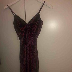 figursydd vinröd sammets klänning från fashionnova, strl S men den är väldigt liten av sig så skulle säga XS! har därför aldrig använt den då den är för liten. OBS kunden står för frakten! kan även mötas upp i stockholm för snabb affär