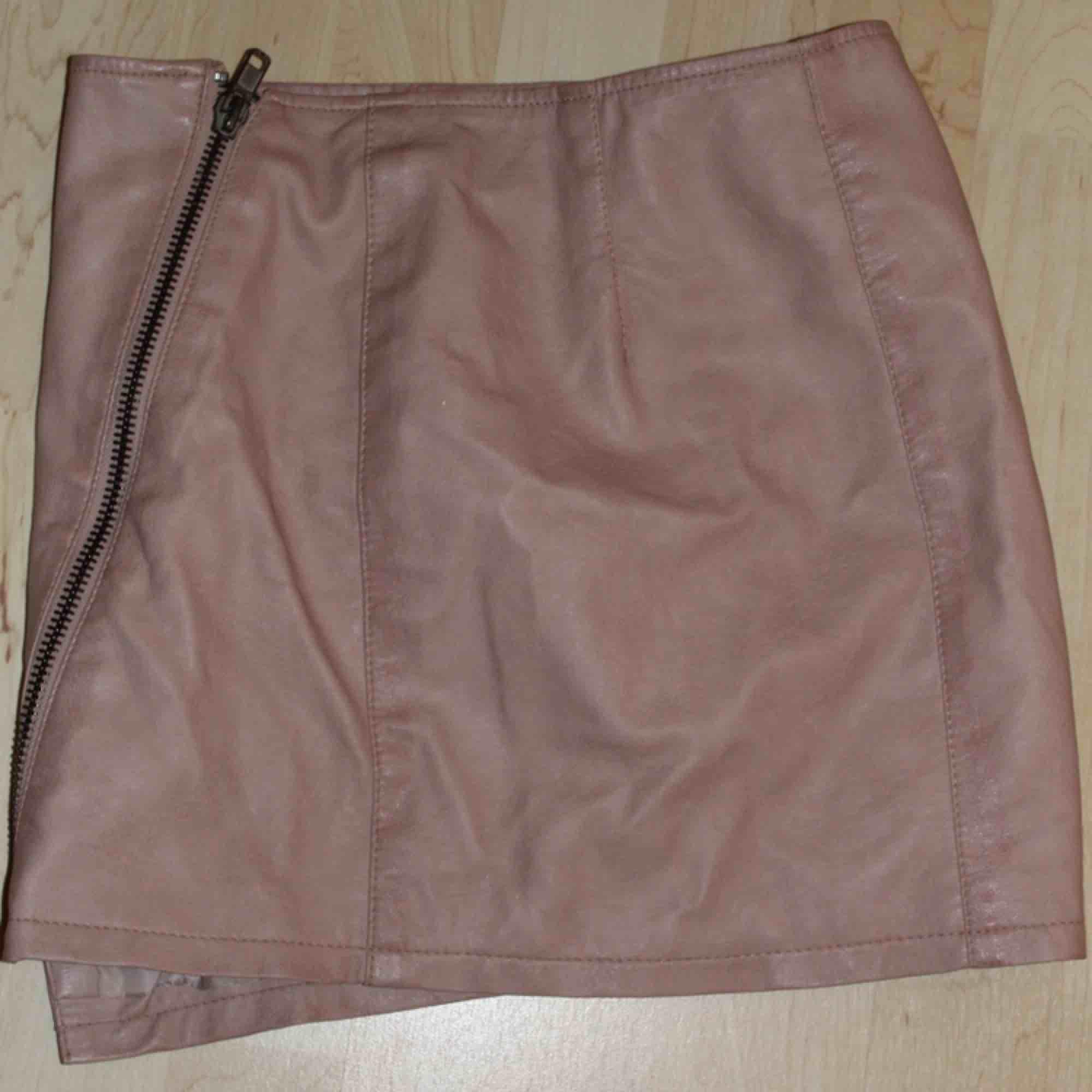 Assnygg tjol i rosa fakeläder. Kan mötas upp i Stockholm eller frakta för 45 kr. Kjolar.