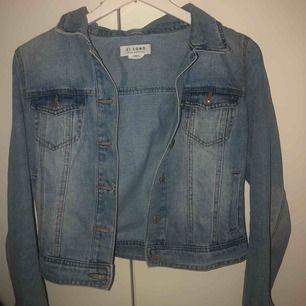 jeansjacka från fashionnova som är i princip oanvänd, tror jag har använt den 1 gång. den är ljusblå & lite croppad fast inte helt. OBS kunden står för frakten! kan även mötas upp i stockholm för snabb affär
