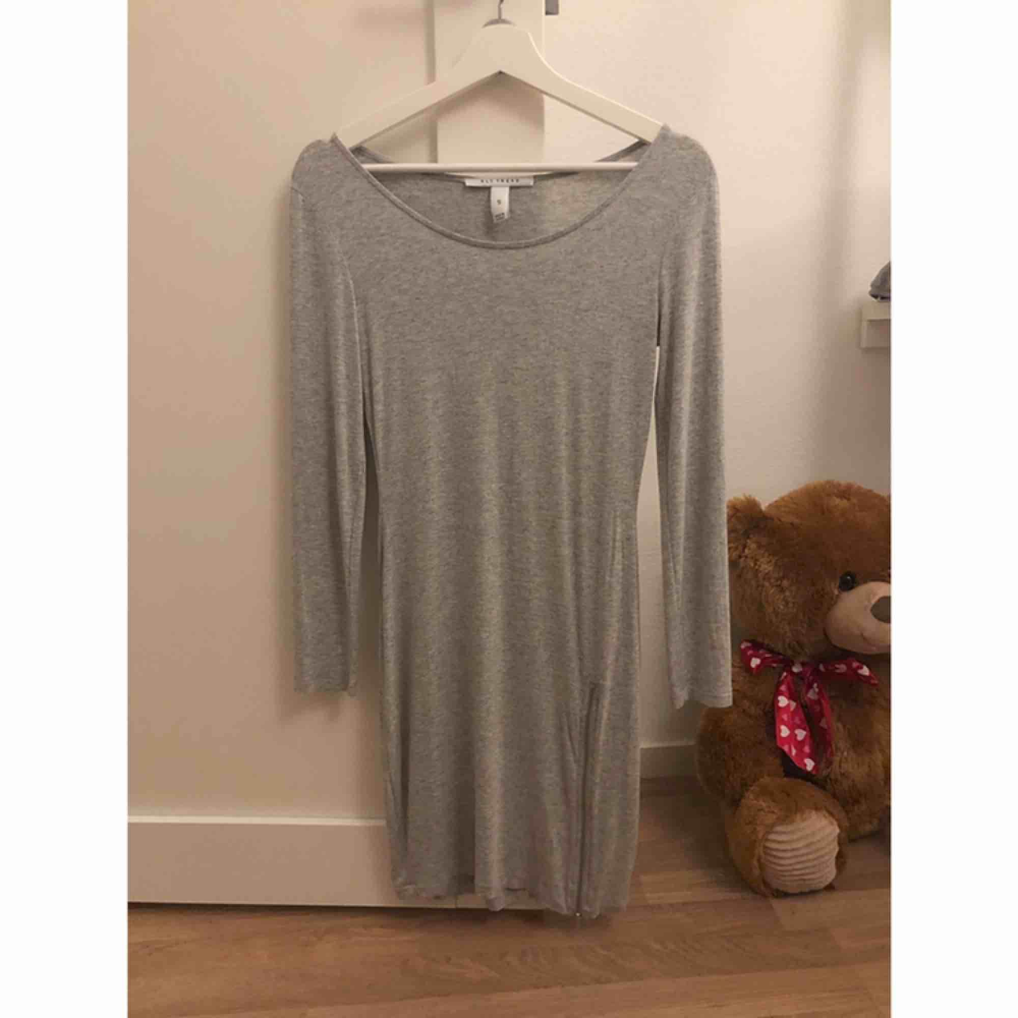 Klänning från NLY Trend. Dragkedja på sidan så du kan själv välja om du vill ha slits eller ej.  Storlek S. 50 kr. Klänningar.