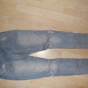 Snygga jeans med hål på knäna. Kan mötas i Stockholm eller frakta för 45 kr