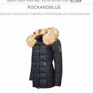Hej! Säljer en Rockandblue vinterjacka i stl 36, jackan är använd 3 gånger och har inga skador eller fel. Den är som ny i mycket bra skick. Den går ner till låren på mig som är 1,58 (ej äkta päls) kan frakta eller mötas upp i Nyköping!