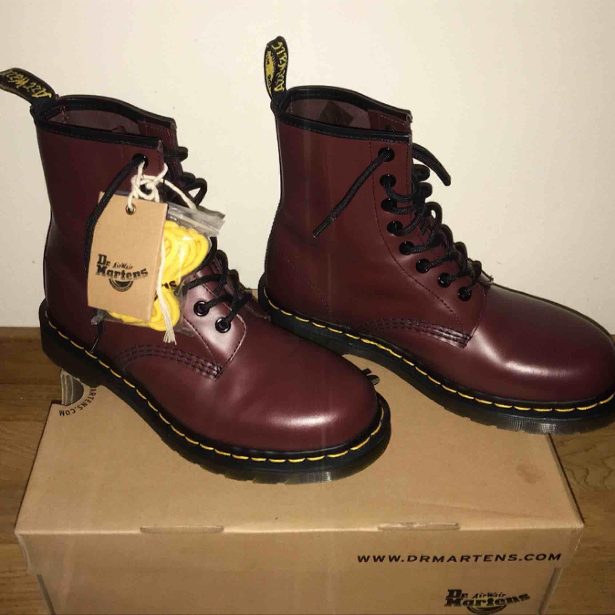 HELT nya vinröda och klassiska Dr. Martens boots!!!Aldrig använda och alla tillbehör finns kvar 🖤                                                  Orginalpris: 1495 kr. Skor.