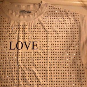Vit T-shirt jättefint för fest