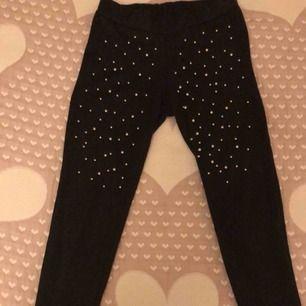 Svarta byxor med silver pärlor