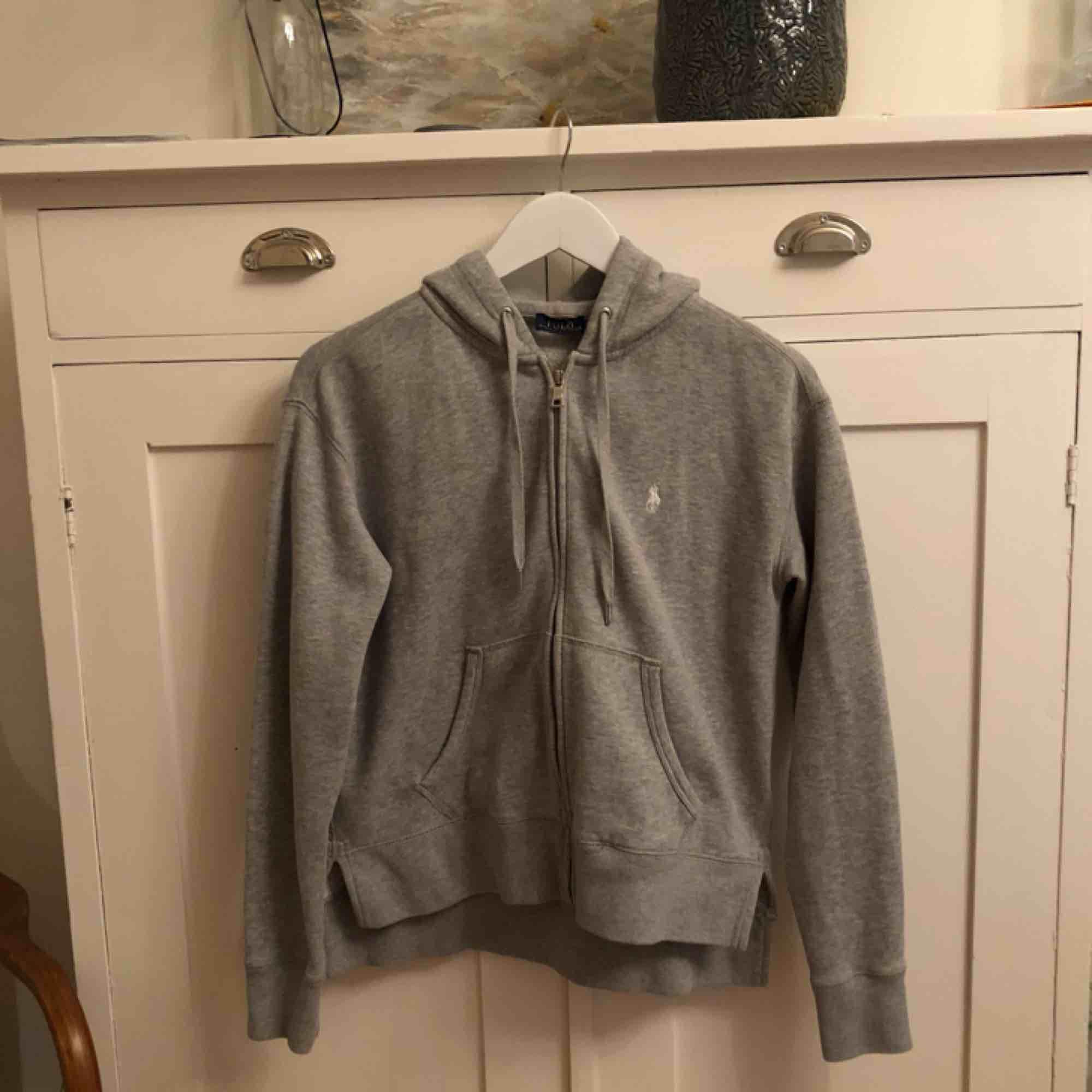 Sweatshirt från Polo Ralph Lauren. Den är i bra skick, men är tyvärr för liten för mig nu. GRATIS FRAKT!!!. Tröjor & Koftor.