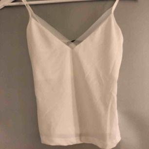Ett sött vitt linne från Zara i storlek S, dock lite liten i storleken. Köparen står för frakten på ca 40kr🥰