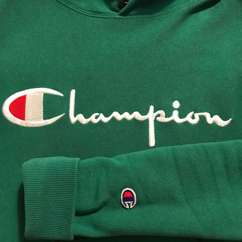 Fin lite grövre hoodie från Champion! Den är storlek S i herrstorlek :) använd fåtal gånger. Ordinarie pris 1000kr. Huvtröjor & Träningströjor.