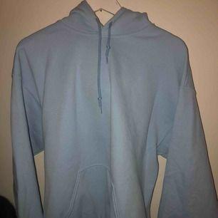 oversized baby blå hoodie från prettylittlethings 💙 OBS kunden står för frakten! kan även mötas upp i stockholm för snabb affär