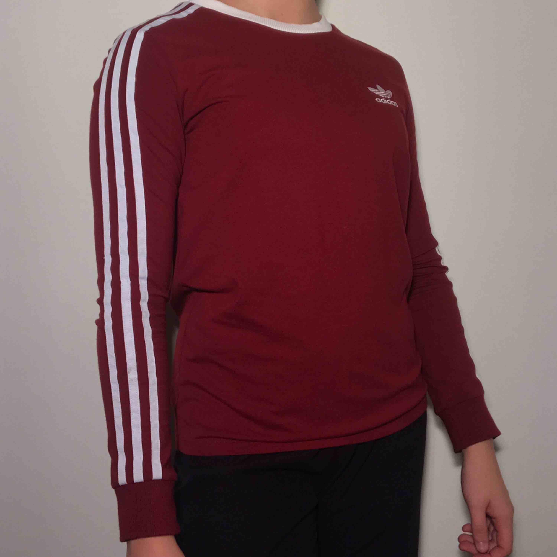 Vinröd långärmad tröja från Adidas <3 ordinarie pris: 500. Toppar.