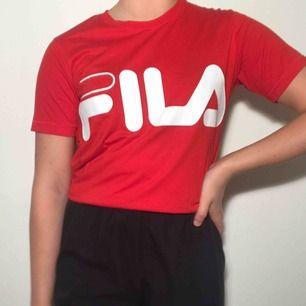 Röd Fila T-shirt som lutar lite mer åt det orangea/klarröda hållet <3 ordinarie pris: 300kr