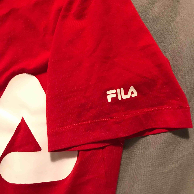 Röd Fila T-shirt som lutar lite mer åt det orangea/klarröda hållet <3 ordinarie pris: 300kr. T-shirts.