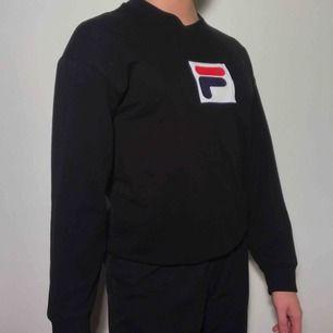 Lite tunnare collegetröja från Fila - bra längd på tröjan och ärmarna! Använd ca 2-3 ggr. Ordinarie pris: 600kr
