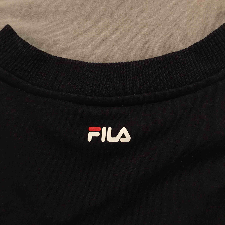 Lite tunnare collegetröja från Fila - bra längd på tröjan och ärmarna! Använd ca 2-3 ggr. Ordinarie pris: 600kr. Tröjor & Koftor.