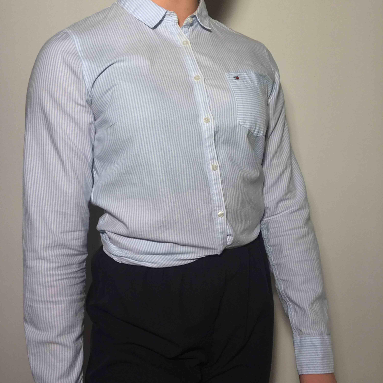 Tajt blå- och vitrandig skjorta från Tommy Hilfiger <3 ordinarie pris: 1000kr. Skjortor.