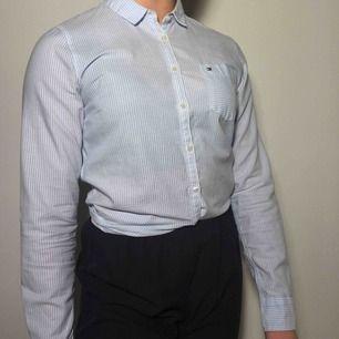 Tajt blå- och vitrandig skjorta från Tommy Hilfiger <3 ordinarie pris: 1000kr