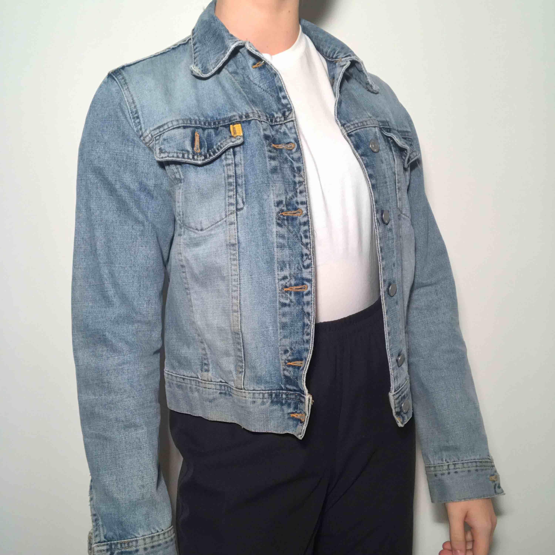 Otroooligt fin jeansjacka från crocker! Ordinarie pris: 600kr. Jackor.
