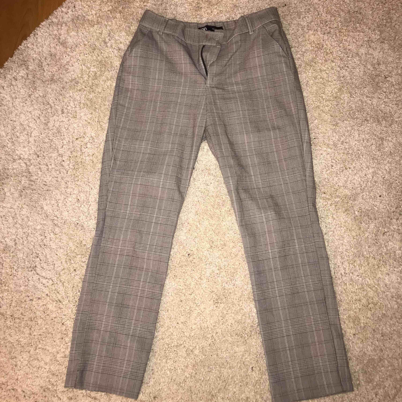 Grårutiga kostymbyxor från zara, sparsamt använda! Väldigt gott skick och supersnygga men kommer ej till användning längre. Köparen står för frakt (swish). Jeans & Byxor.