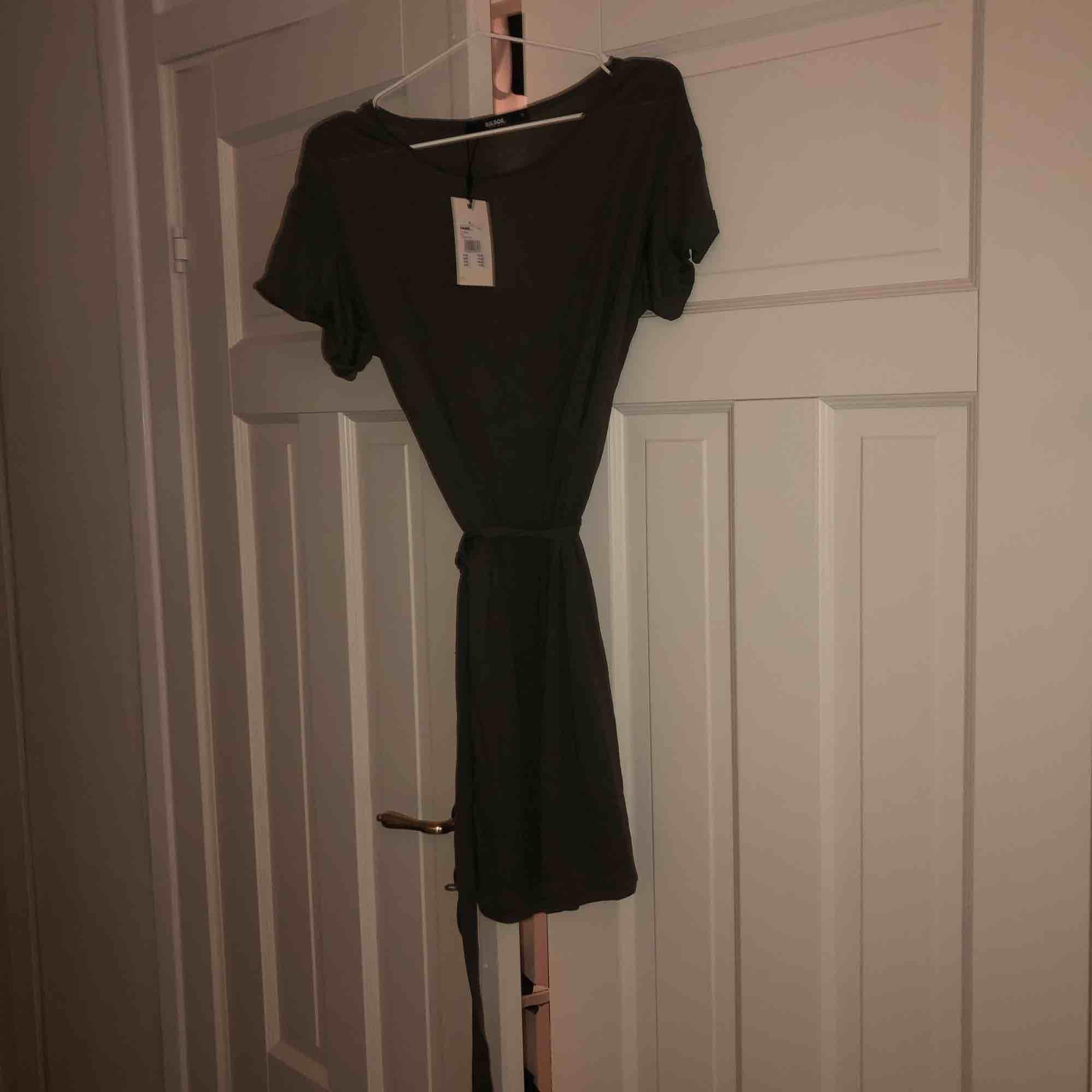 Oanvänd grön, slapp klänning från Bikbok. Jätteskönt material men den kommer inte till användning. Prislappen kvar med ordinarie pris 199kr. Klänningar.