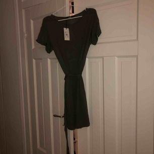 Oanvänd grön, slapp klänning från Bikbok. Jätteskönt material men den kommer inte till användning. Prislappen kvar med ordinarie pris 199kr