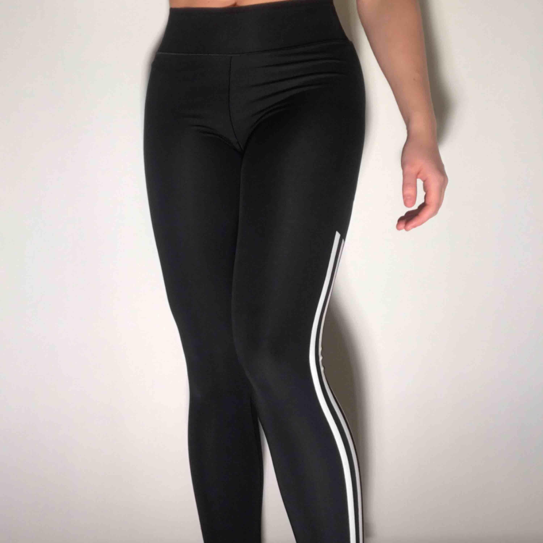 Träningstights från Adidas, riktigt sköna och rörliga - funkar toppen till gymmet <3 ordinarie pris: 500kr. Jeans & Byxor.