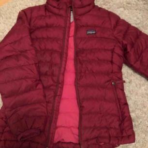 Jätte fin rosa dunjacka från patagonia! Rätt så tunn men varm Mörk rosa med ljusare färg inuti För barn i storlek M (10 år)