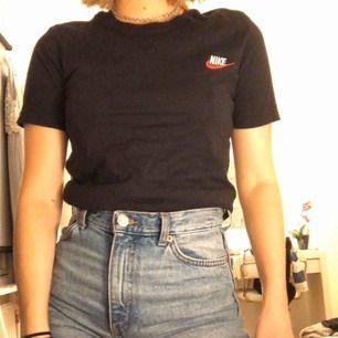 Svart basic t-shirt  från Nike i storlek XS, lätt att styla och matcha. Köparen står för frakten på ca 50kr