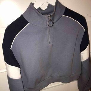 Croppad sweatshirt från h&m med halv zip, kommer ej till till användning längre, knappt använd! Väldigt bra skick! Köparen står för frakt (swish)