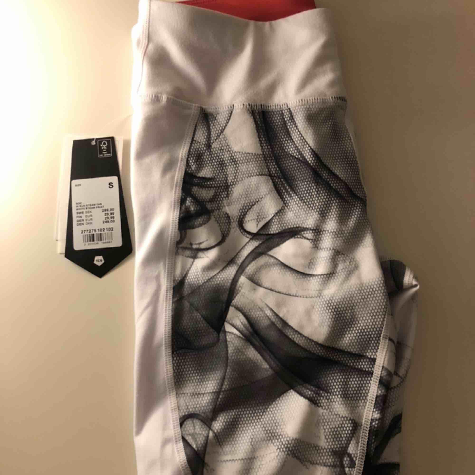 Vita träningsbyxor, OANVÄNDA! Nypris 299kr säljer för 120kr och köparen står för frakten på ca 50kr 🥰. Jeans & Byxor.