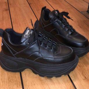 Säljer dessa fina sixty7 skor i skin med hög gummi sula. Skorna är använda 2 ggr och det är då därför jag även säljer dem, original pris 1000 kr. Säljer för 599 med ingående frakt