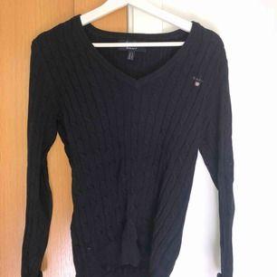 Nästan helt oanvänd kabelstickad tröja från Gant i storlek S. Köparen står för frakt.