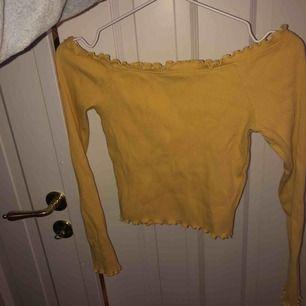 Knappt använd gul offshoulder top från Gina, färgen blev lite konstig på bilden men den är ljusgul som på modellen!