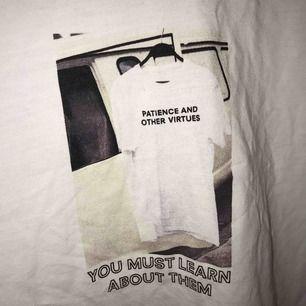Vit t-shirt med tryck fram från zara. Används ej längre, mycket bra skick! Köparen står för frakt (swish)