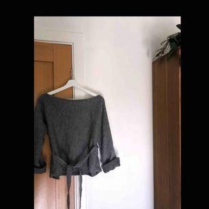Stickad off-shoulder tröja från SheIn i storlek S. Nästan helt oanvänd.