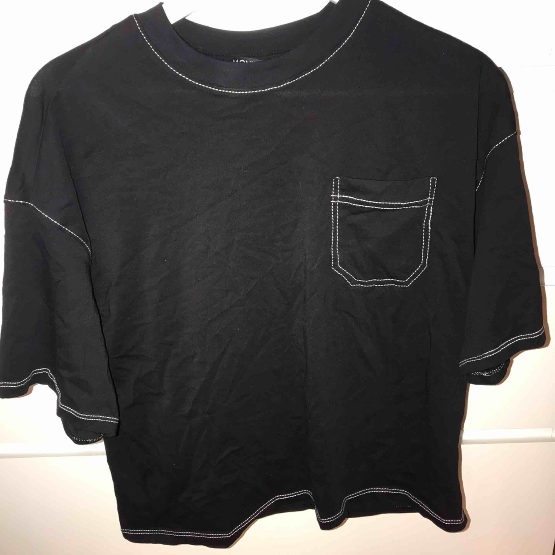 Svart oversized t-shirt med vita sömmar från monki. Köpt för 2 månader sedan och är knappt använd, 3-4 gånger. Köparen står för frakt (swish). T-shirts.
